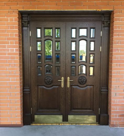 Входная дверь из темного массива бука