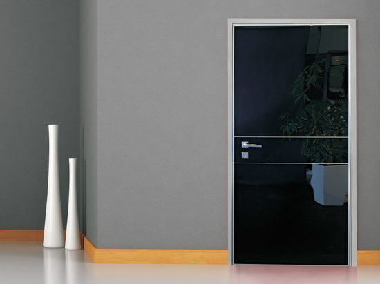 Входная дверь с зеркальной поверхностью