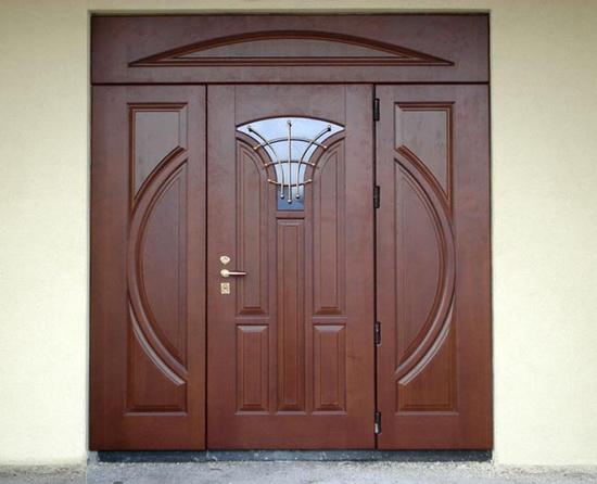 Входная распашная дверь