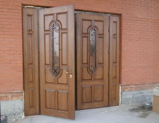 Входные двери с двумя створками и решетчатыми вставками из стекла