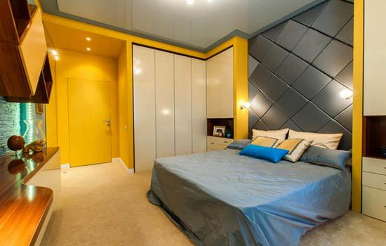 Желтая дверь невидимка в спальне