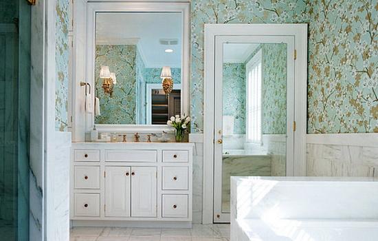 Зеркальная дверь из спальни в ванную комнату