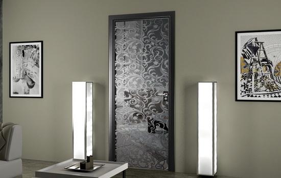 Зеркальные двери с рисунком в интерьере квартиры