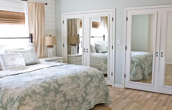 Зеркальные двери в спальне