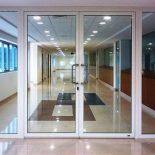 Двери алюминиевые противопожарные со вставкой из стекла. Особенности и преимущества