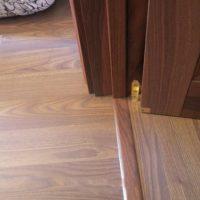 Как лучше сделать межкомнатные двери — с порогом или без?
