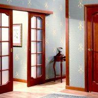 Межкомнатные двери из красного дерева. Изысканность и надежность