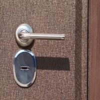 Отделка железной двери снаружи. Описание популярных вариантов