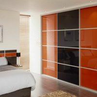Раздвижные двери для гардеробной комнаты. Какие выбрать? 13 фото
