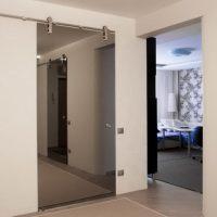 Раздвижные зеркальные двери. Разновидности, варианты оформления, преимущества, стоимость