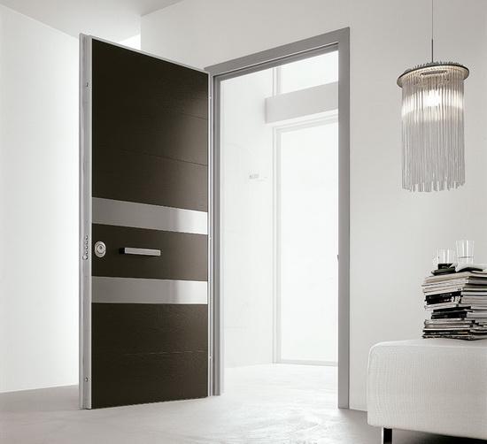 в квартиру надежную входную дверь