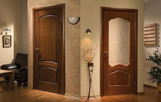 Межкомнатные двери из натурального дерева. Особенности моделей из цельного и клееного массива
