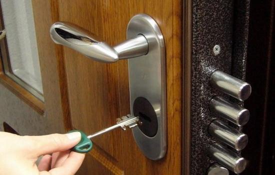 Накладные замки для металлических дверей. Основные типы и места установки