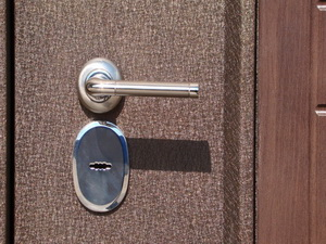 Отделка железной двери снаружи. Описание нескольких популярных вариантов