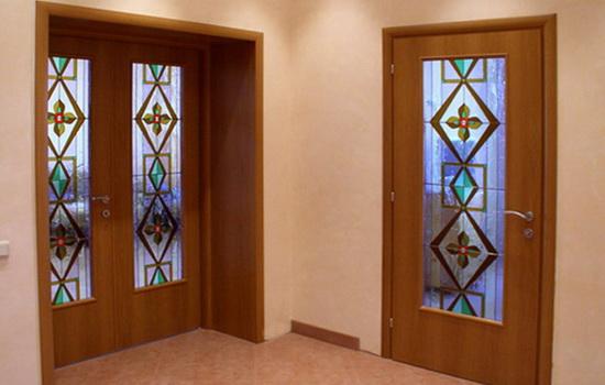 Распашные деревянные двери со стеклянными вставками. Одностворчатое и двустворчатое решение