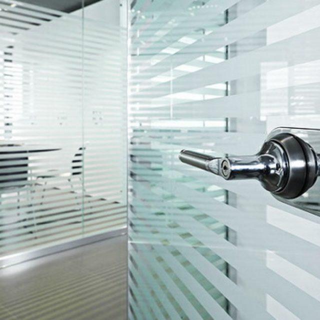Стеклянные офисные двери. Лучшие модели и их свойства