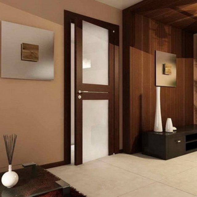 Темные межкомнатные двери в светлом интерьере квартиры